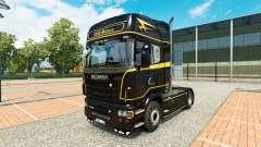 Haut, die Goldenen Linien auf dem Traktor Scania