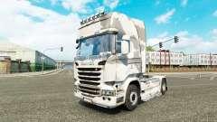 La peau de l'Armée sur le tracteur Scania